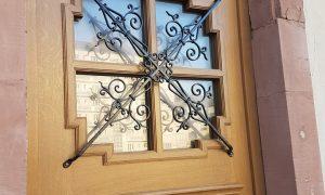 Fabrication à l'identique et pose d'une porte en chêne pour la ville de Haguenau.
