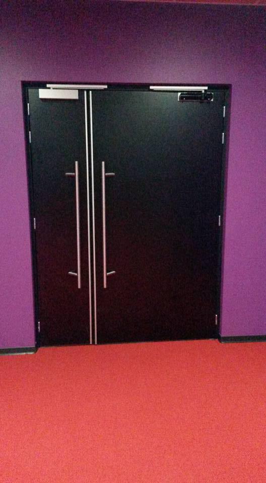 Fabrication et pose des doubles portes pour le cin ma for Fabricant de meuble sur mesure