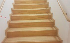 Ponçage et vernissage d'un parquet et d'un escalier