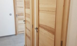 Fabrication et pose de portes en frêne massif sur-mesures
