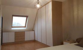 Fabrication et pose d'un ensemble de meubles dans une chambre