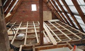 Pose et mise à niveau de chevrons et panneaux OSB au sol d'un grenier