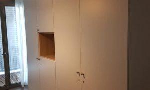 Fabrication et pose d'un placard en mélaminé blanc et niche en chêne