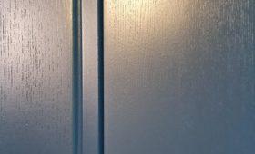 Fabrication et pose de portes en frêne massif et d'une verrière coulissante
