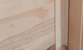 Fabrication et pose de portes en frêne massif  , finition vernis