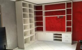 Fabrication et pose d'un ensemble bibliothèque - meuble tv