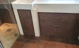Fabrication et pose d'un élément de rangement dans une salle de bains
