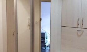 Fabrication et pose d'un ensemble de meubles de rangement, mélangeant porte battante, portes coulissantes avec miroir, une partie faisant office de bureau et un élément avec tiroirs