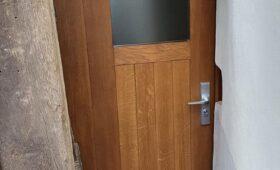 Fabrication et pose de porte d'entrée et porte de cave en chêne massif, porte intérieure en frêne. Du sur mesure pour s'adapter au mieux à cette maison alsacienne