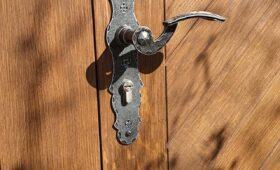 Fabrication et pose d'une porte d'entrée en chêne massif