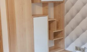 Fabrication et pose d'un ensemble rangement déco en bois massif frêne et MDF laqué blanc.